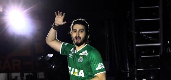 Luan Santana faz show no Garota Vip e homenageia o Time da Chapecoense vestindo a blusa do clube