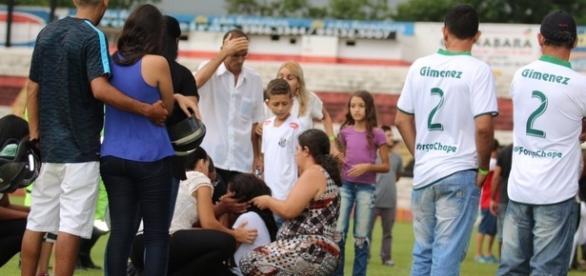 Mãe e viuva do lateral Gimenez se desentendem em velório (foto: Cleber Akamine)
