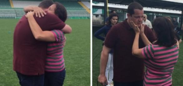 O repórter Guido Nunes do SporTV é consolado pela mãe do goleiro Danilo (Crédito: SporTV)