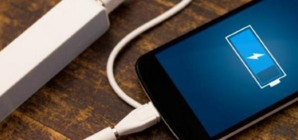 Bebê com menos de 1 ano morre eletrocutado ao brincar com celular que estava recarregando a bateria