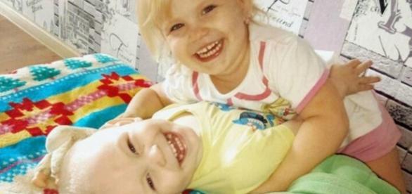 Anna brincando com o irmão Daniil