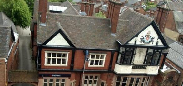 Banca de pe Derby Street din Leek, UK -unde au fost arestați cei doi români