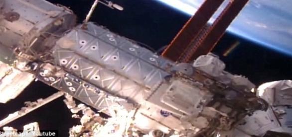 Estrutura esférica surge de repente, próximo à ISS (Streetcap1)