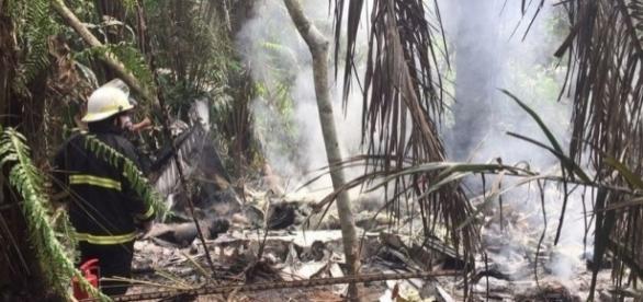 O avião era de pequeno porte e ficou destruído