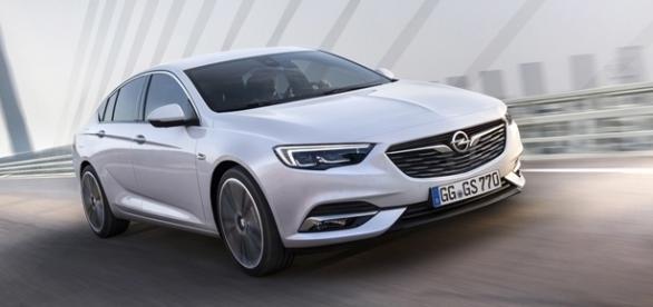 Opel Insignia é um cupê com linhas esportivas, musculares e elegantes.