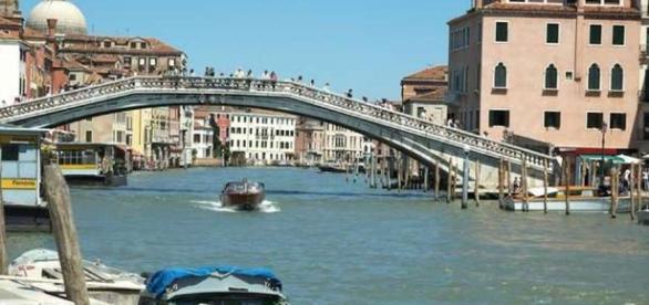 Venezia: turista nipponico si tuffa dal Ponte degli Scalzi.