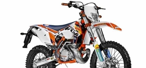 A KTM 350 EXC-F Factory Edition BR tem visual da motos de competição da equipe oficial da marca