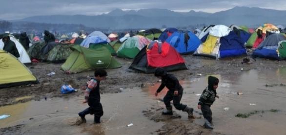 Crianças brincam em acampamento em território grego Foto: AFP Photo/Sakis Mitrolidis