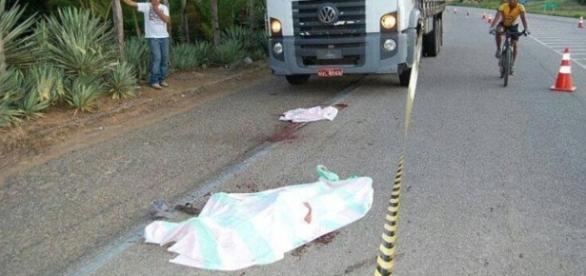 Um bandido morre após tentar roubar um caminhão