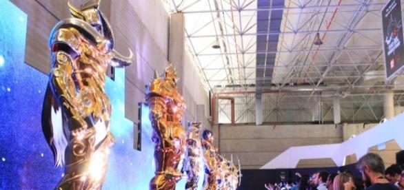 As doze armaduras de ouro de Os Cavaleiros do Zodíaco visitam a Comic Con 2016