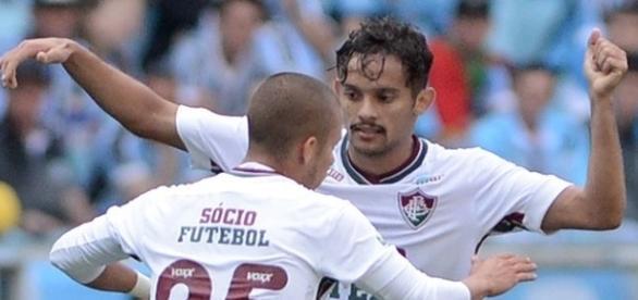 Comemorando gol com Marcos Júnior, Gustavo Scarpa (de frente) pode trocar o Flu pelo Palmeiras em 2017 (Foto: Arquivo)