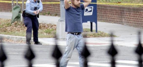 Edgar Welch, el que estuvo a punto de convertirse en el asesino del Comet Ping Pong de Washington, detenido por la Policía.