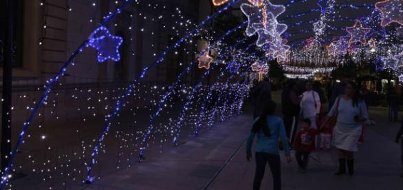 El Paseo de la Victoria repleto de amenidades de temporada navideña.
