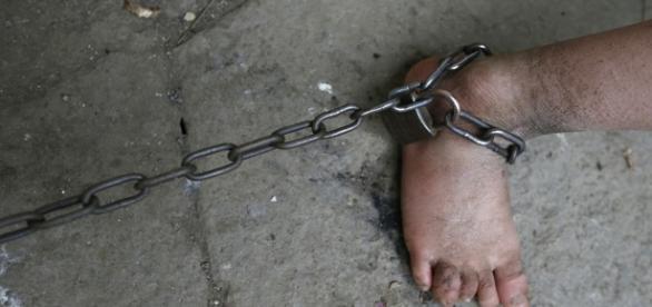 La joven estaba encadenada por una de sus piernas.