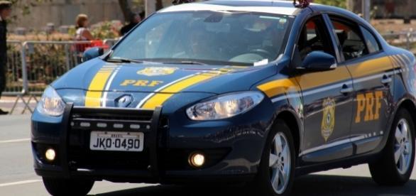 Policial Rodoviário Federal faz motorista voltar para pegar idoso esquecido na parada de ônibus.