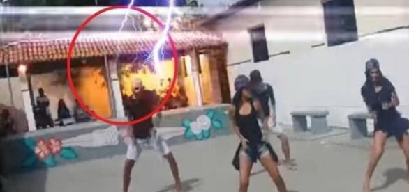 Raio cai em escola durante apresentaçao de dança. (foto: reprodução youtube)