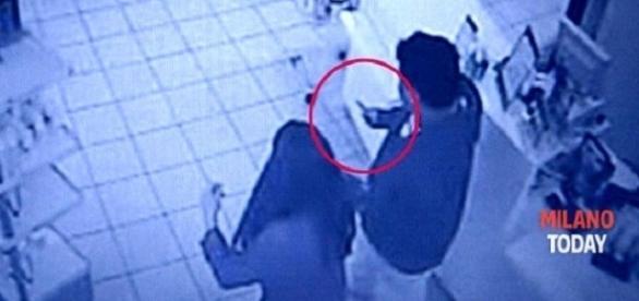 Tentativă de JAF în ITALIA. Două românce L-AU BĂTUT și l-au PUS PE FUGĂ pe atacator