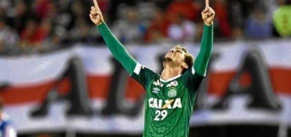 Zagueiro Neto homenageando Deus