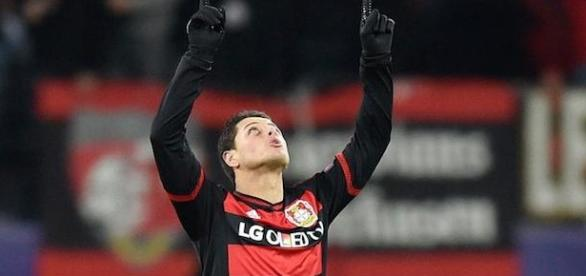 Chicharito celebra un gol con el Leverkusen. AP