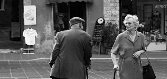 foto che ritrae due persone anziane
