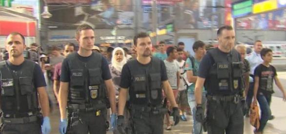 Imigranți escortați de polițiști