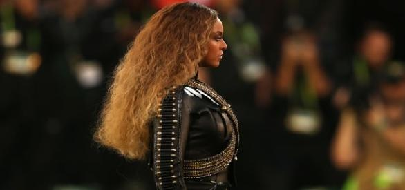 Beyoncé canta no intervalo do Super Bowl.