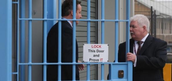 David Cameron vizitând o închisoare