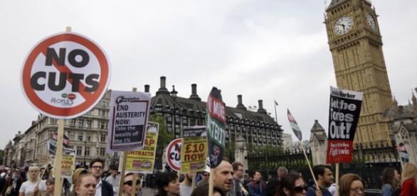 Noile măsuri de austeritate lovesc familiile