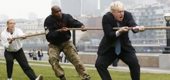Primarul Londrei în costum la jocuri de societate