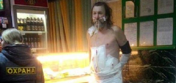 El hombre después de ser detenido por la policía
