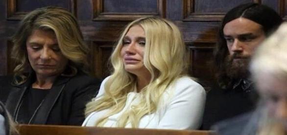 kesha chora após não ter decisão favorável de juiz