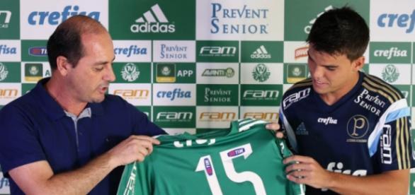 Rodrigo recebe a camisa 15 das mãos de Cícero.