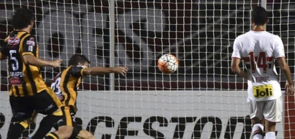 Momento do gol de Alonso, do The Strongest