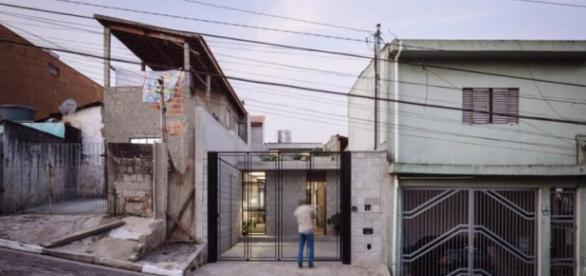 Entre as casas do bairro uma que se destaca