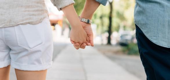 Foto: Casal de mãos dadas por Pixabay