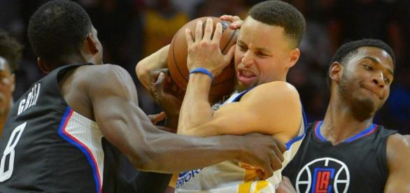Stephen Curry bajo la defensa de los Clippers