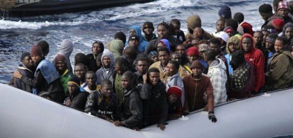 patera rebosante de emigrantes emigrantes