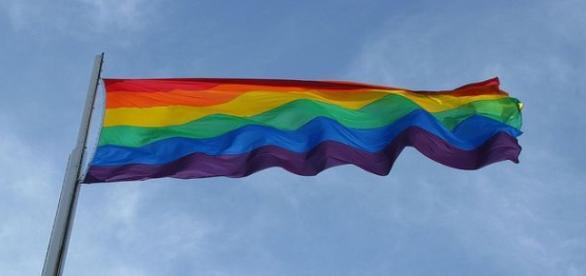 Bandera del orgullo gay al viento. Flickr