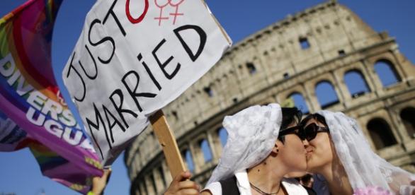 Durante protesto LGBT, casal se beija em Roma