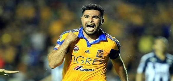 """La """"Palmera"""" Rivas celebra el gol."""