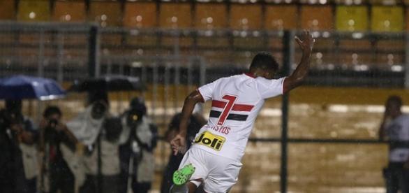 Michel Bastos garante vitória do tricolor paulista