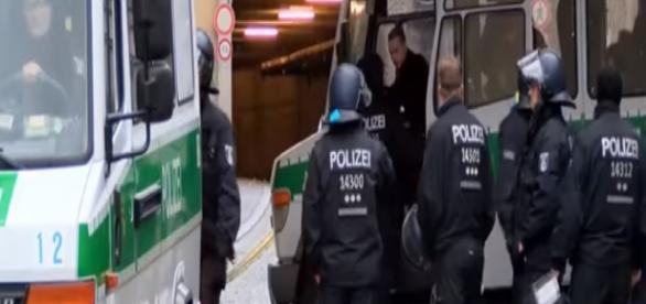 Policja interweniuje w Tempelhof (RT scrn)