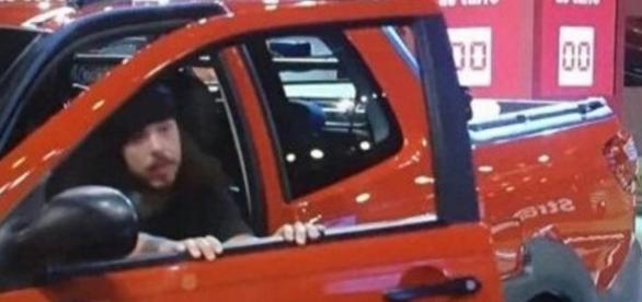 Tamiel fecha porta do carro após fim do tempo