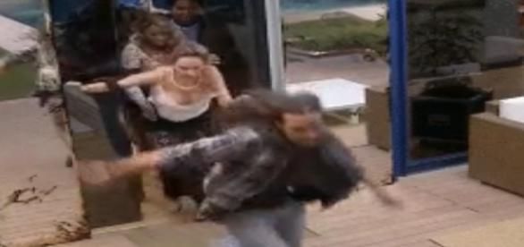 Adélia segura Ana Paula para não atender Big Fone
