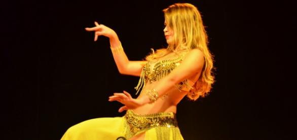 Mulher praticando Dança do ventre