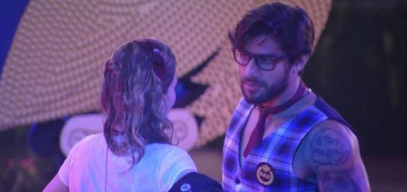Renan tenta se aproximar de Ana Paula em festa