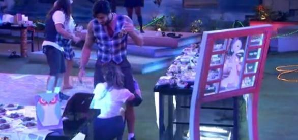 Ana Paula se esfrega em Renan (Reprodução)