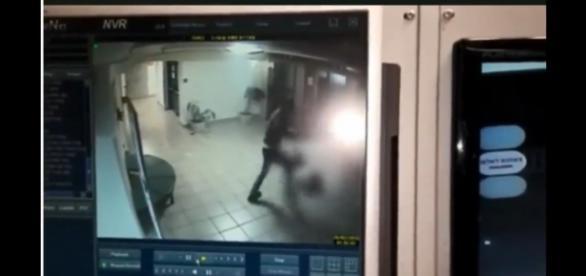 Żydowski ochroniarz został zaatakowany tasakiem.