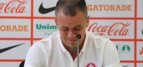 Jogador tenta conter as lágrimas em coletiva