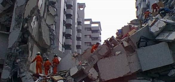 Rescue efforts through the rubble (wikimedia.com)